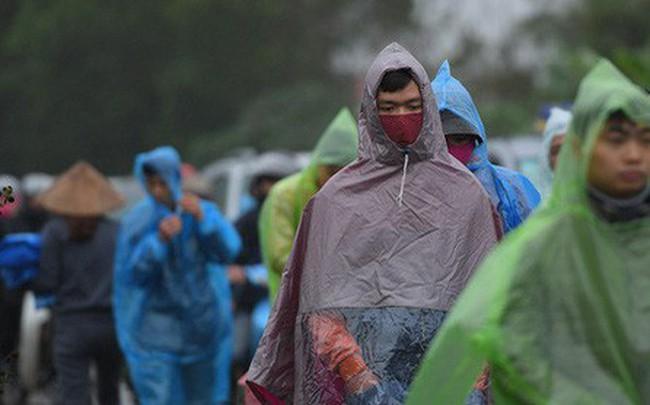 Ảnh: Tắc đường dài 3km, người dân ùn ùn đội mưa đi bộ vào chợ Viềng