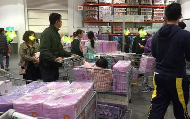 """Khủng hoảng giấy vệ sinh, người Đài Loan tranh nhau """"quét sạch"""" siêu thị"""