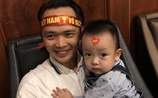 Nói là làm: Tỷ phú Trịnh Văn Quyết tới nhà, trao tận tay tiền thưởng 500 triệu đồng cho Bùi Tiến Dũng