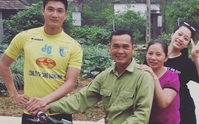 Chuyện chưa kể về chàng thủ môn U23 nhất quyết leo lên xe máy cũ mèm của bố dù được ô tô đưa đón