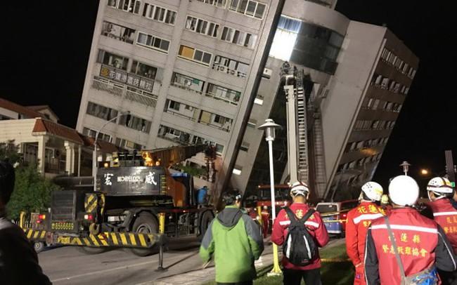 Liều mạng vào tòa nhà sắp sập để tìm người mắc kẹt sau động đất ở Đài Loan, Trung Quốc