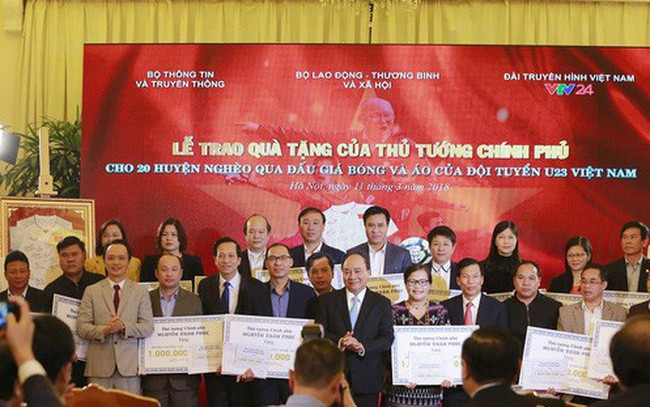 Thủ tướng trao 20 tỷ đấu giá bóng và áo của U23 Việt Nam