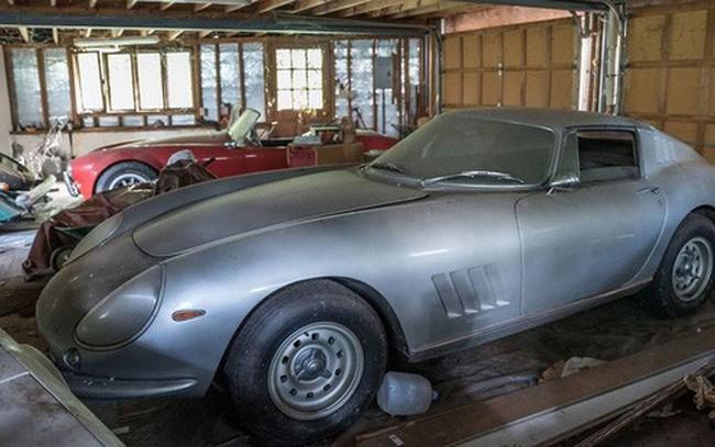 """Cặp siêu xe bị """"bỏ quên trong garage"""" 27 năm được bán giá hơn 3,5 triệu USD"""
