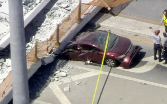 Mỹ: Cầu sập xuống đường quốc lộ, nhiều phương tiện bị vùi dưới bê tông