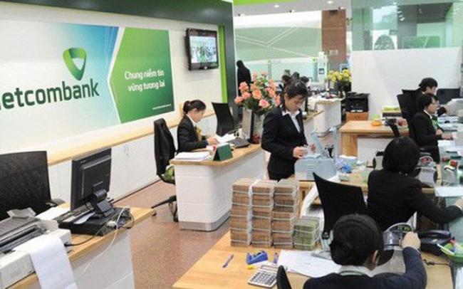 """Sau khi Vietcombank tăng phí dịch vụ, nhiều ngân hàng khác """"tranh thủ"""" miễn phí để hút khách"""