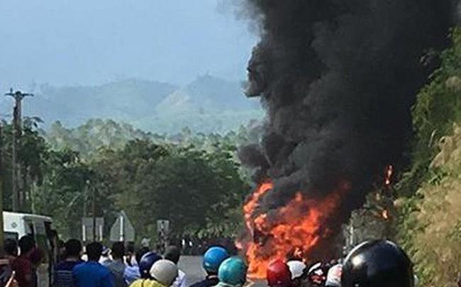 Xe khách Phương Trang cháy dữ dội, hành khách hoảng loạn đập cửa thoát hiểm