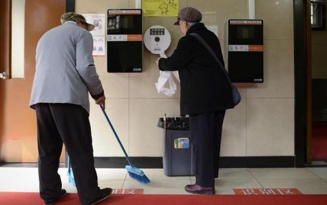 Trung Quốc tuyển cử nhân đại học... coi sóc nhà vệ sinh công cộng