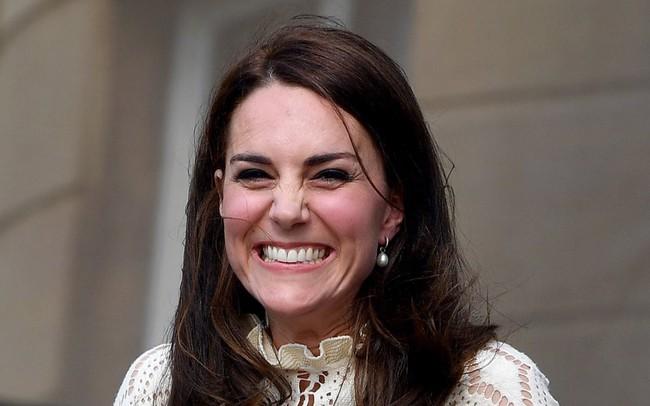 """Vở kịch năm 13 tuổi của Kate Middleton gây sốt khi """"tiên tri"""" chính xác tương lai của công nương và hoàng tử"""