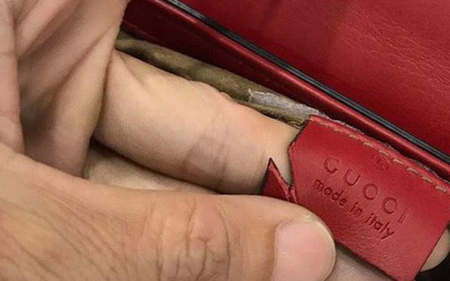 """""""Chuyên gia kiểm tra hàng hiệu"""" không có tâm: Dùng kéo cắt túi xem có đúng da thật hay không!?"""