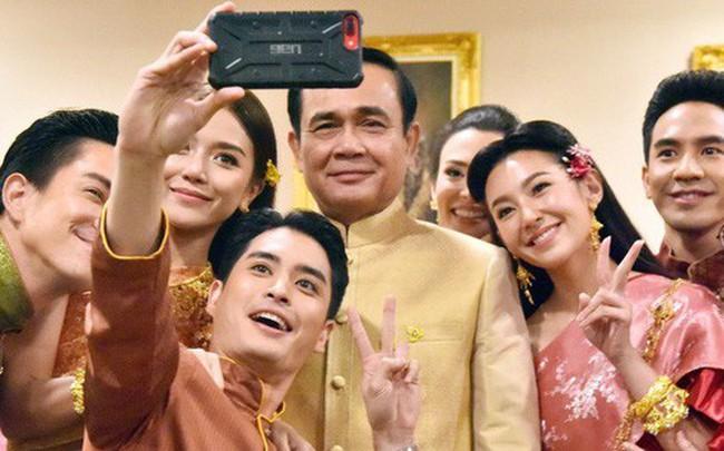 """""""Nhân Duyên Tiền Định"""": Phim Thái khiến Thủ tướng đến gặp ekip, hot tới nỗi """"có thể giải quyết tắc đường"""""""