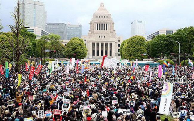 Hàng chục nghìn người Nhật biểu tình kêu gọi Thủ tướng Abe từ chức