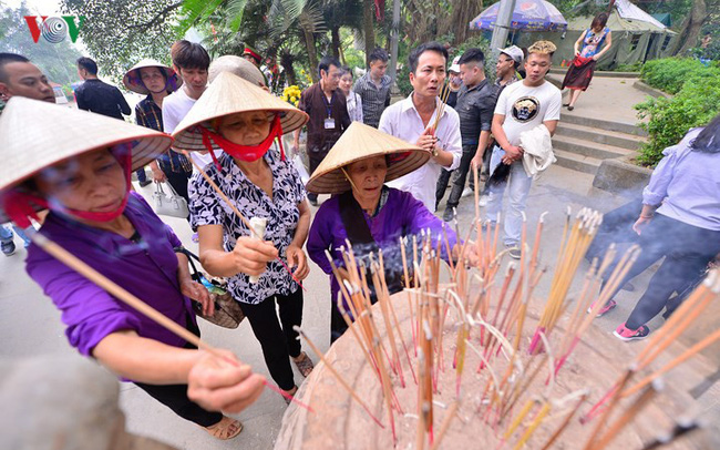 Dòng người đổ về đền Hùng dâng hương, làm lễ sớm
