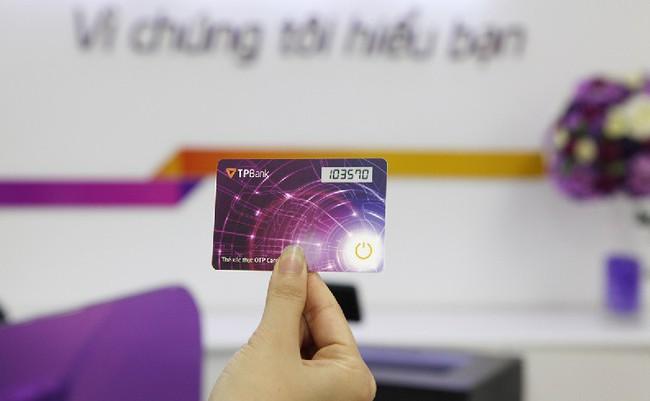 Khách hàng TPBank ngỡ ngàng vì thiết bị nhận mã bảo mật OTP mỏng nhất thế giới