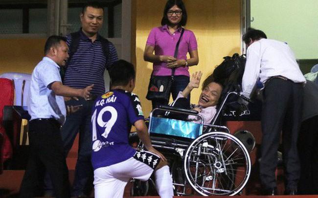 Video: Cảm động hình ảnh Quang Hải lên khán đài chia vui cùng CĐV đặc biệt