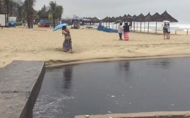 Nước thải đen ngòm tràn như suối ra biển Đà Nẵng, du khách bịt mũi rời đi
