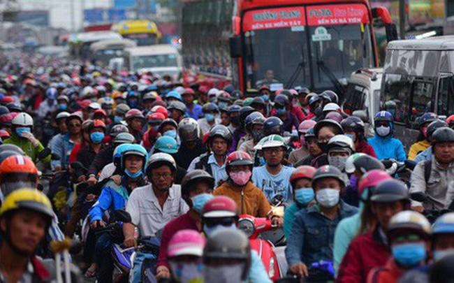 Dòng xe máy nhích từng chút về Sài Gòn sau kỳ nghỉ lễ