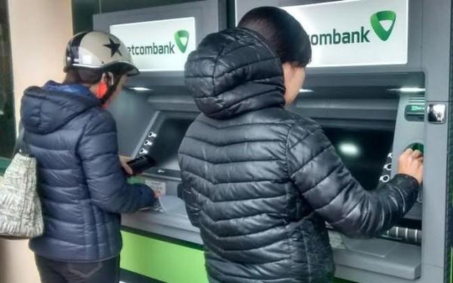 Các ngân hàng dừng chương trình tăng phí rút tiền tại máy ATM