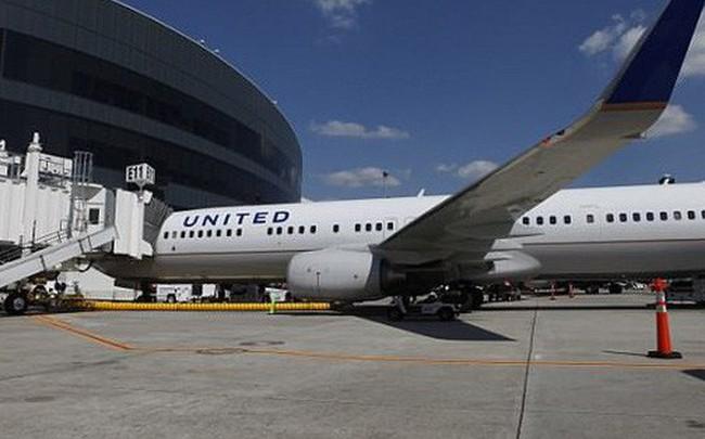Mua vé hạng thương gia, 3 mẹ con bất ngờ bị tiếp viên đuổi khỏi máy bay vì lời phàn nàn vô lý của hành khách