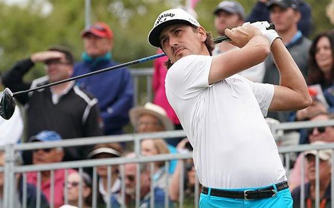 """Golfer bị loại """"tức tưởi"""" do đánh bóng trúng... chim"""