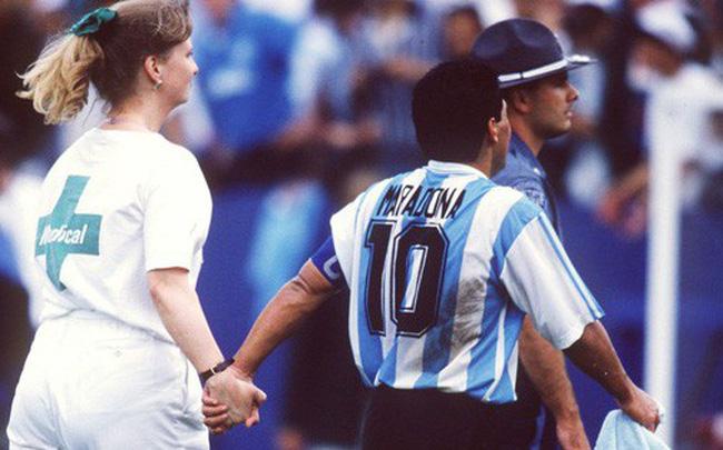 """Bàn tay của nữ y tá đưa """"Cậu bé vàng"""" Maradona xuống vực thẳm ở World Cup 1994"""