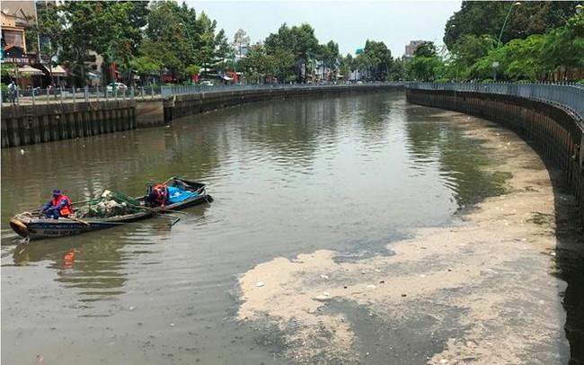 Rác ngập ngụa, cá nổi đầy kênh Nhiêu Lộc sau cơn mưa chuyển mùa