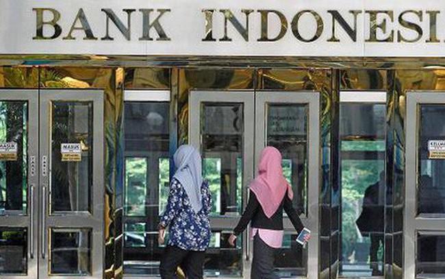 """Indonesia """"như ngồi trên lửa"""" vì đồng Rupiah rớt giá"""