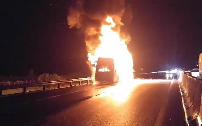 Xe khách Phương Trang bốc cháy dữ dội trên cao tốc, nhiều người thoát chết