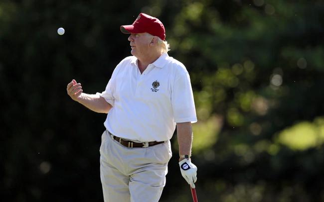 """Tổng thống Donald Trump tự tin là """"tay golf giỏi nhất trong giới siêu giàu"""": Hãy để golf truyền cảm hứng, tạo động lực để thành công"""