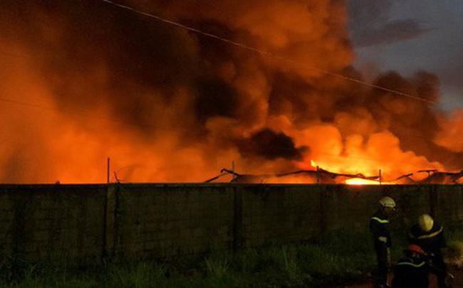 """[Ảnh hiện trường] 200 cảnh sát PCCC """"chiến đấu"""" với lửa, hàng chục xe cứu hỏa chia ra nhiều hướng"""