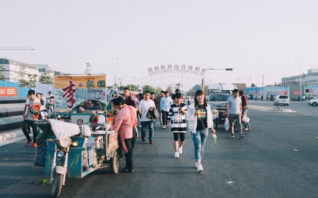 """Cuộc sống của các công nhân tại """"thành phố iPhone"""", nơi sản xuất một nửa lượng iPhone trên toàn thế giới"""