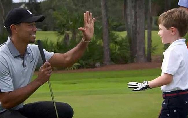 """Điều kỳ diệu: Cậu bé 7 tuổi chỉ có một cánh tay """"đọ tài"""" cùng siêu hổ Tiger Woods"""