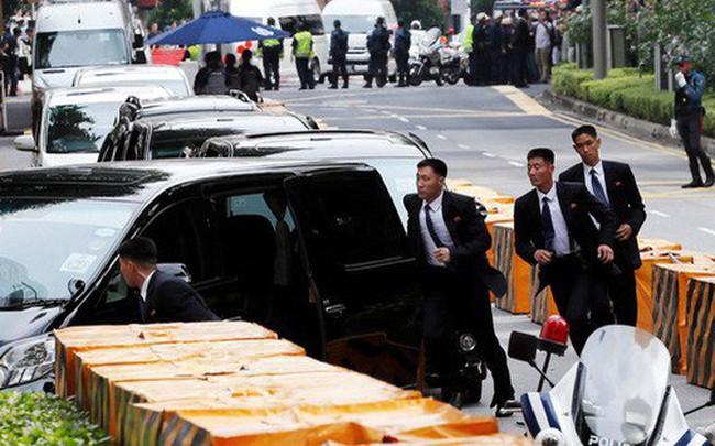Dàn vệ sĩ áo đen siêu ngầu tái hiện màn chạy bộ tháp tùng ông Kim Jong-un tại Singapore
