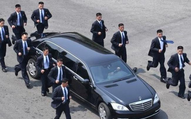 """""""Giải mã"""" đội vệ sỹ chạy theo xe ông Kim Jong Un"""