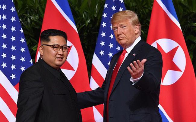 Giải mã ngôn ngữ cơ thể của Tổng thống Trump khi lần đầu gặp ông Kim Jong Un