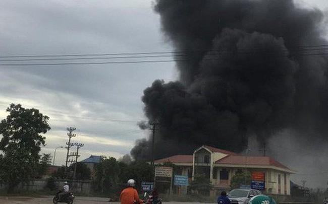 Cháy lớn tại nhà xưởng, cột khói đen bốc cao hàng trăm mét