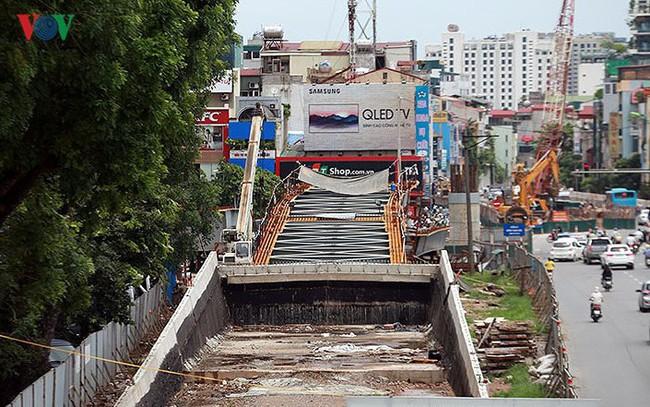 Cầu vượt hạ đê Nghi Tàm vẫn ngổn ngang sau hơn 7 tháng thi công