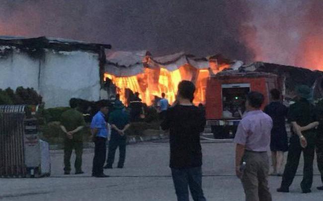 Cháy dữ dội trong đêm, 3 nhà xưởng của công ty Yakjin bị thiêu rụi - ảnh 1