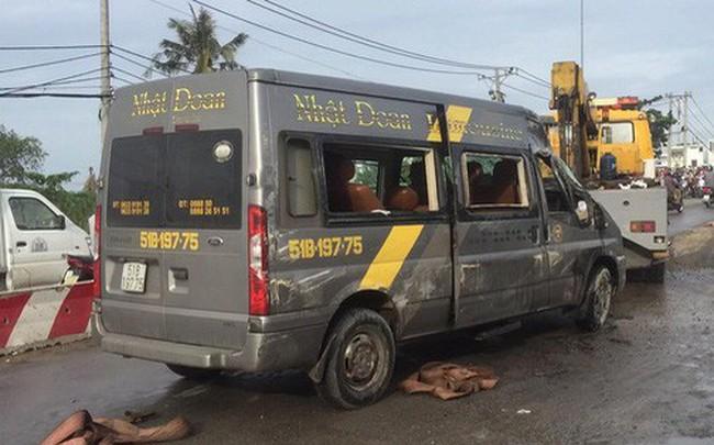 Gần 10 người hoảng loạn kêu cứu trong xe khách bị lật ở Sài Gòn