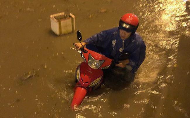 """Sau cơn mưa lớn, nhiều tuyến đường ở Sài Gòn lại thành """"sông"""""""