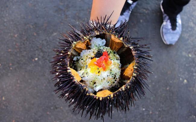 """Xem cách người Mỹ """"hô biến"""" nhum biển đầy gai thành một tô sushi hấp dẫn thế này đây"""