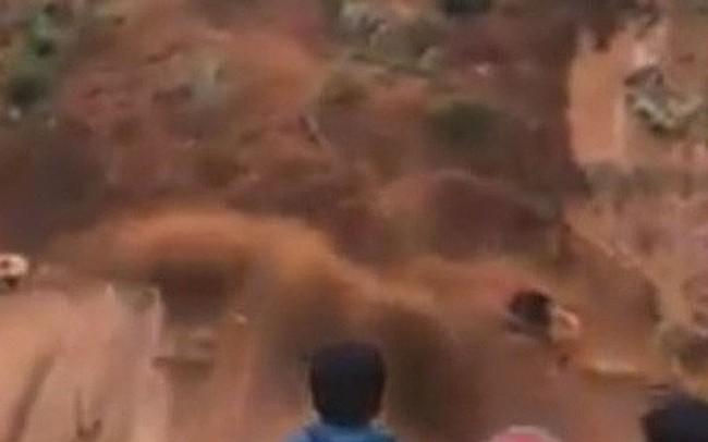 Sạt lở kinh hoàng kéo 2 công nhân cùng máy xúc xuống vực sâu trăm mét