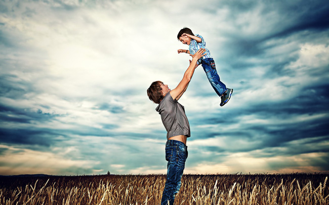 """Những đặc điểm trẻ được """"thừa hưởng"""" từ cha: Chiều cao, sức khỏe tim mạch cho tới thói quen ngủ"""