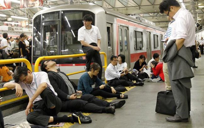 Trong khi nhiều công ty Việt Nam buộc nhân viên chấm công, Nhật Bản đang nỗ lực bắt người làm rời công sở