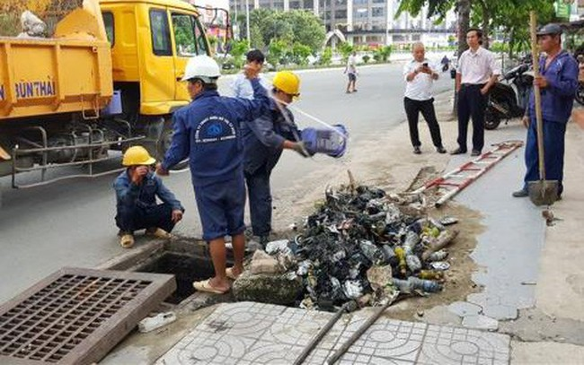 """Vì sao TP.HCM chưa """"xử"""" được việc xả rác xuống cống gây ngập nước?"""