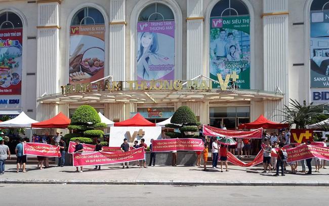 Lo sợ chung cư cao cấp thành thấp cấp, cư dân Hoà Bình Green City căng băng rôn phản đối chủ đầu tư trong nắng nóng 40 độ