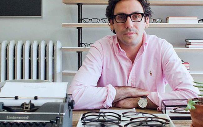 """[Case Study] Tăng giá bán kính vô tội vạ, Luxottica - tập đoàn độc quyền hơn 80% nhãn kính trên thị trường đã bị nhóm sinh viên """"bốn mắt"""" xử đẹp theo cách cực kỳ thông minh"""