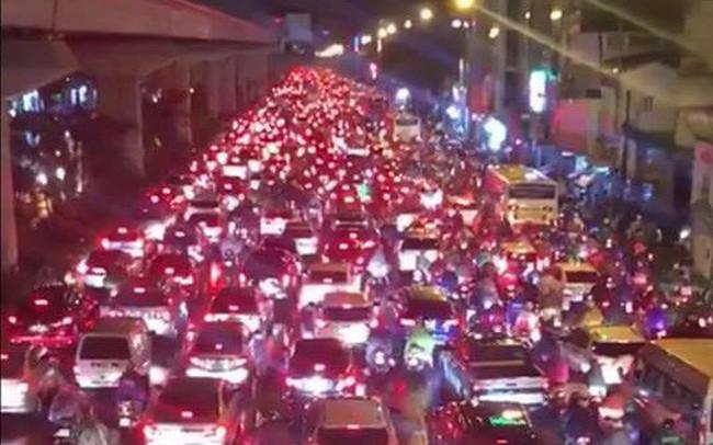 Chùm ảnh các tuyến phố ngập úng, tắc đường kinh hoàng nhiều giờ liền sau cơn mưa lớn tại Hà Nội