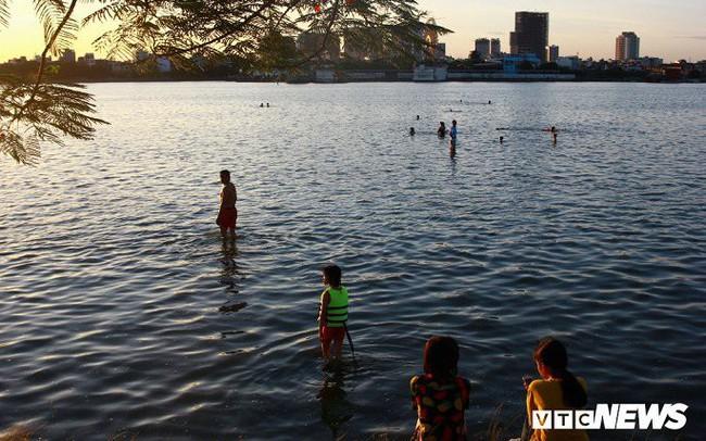 Hồ Tây ngập ngụa rác thải và cá chết, dân Thủ đô vẫn nô nức rủ nhau bơi lội
