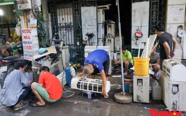 Thợ sửa điều hòa kiếm tới 6 triệu đồng mỗi ngày nắng nóng
