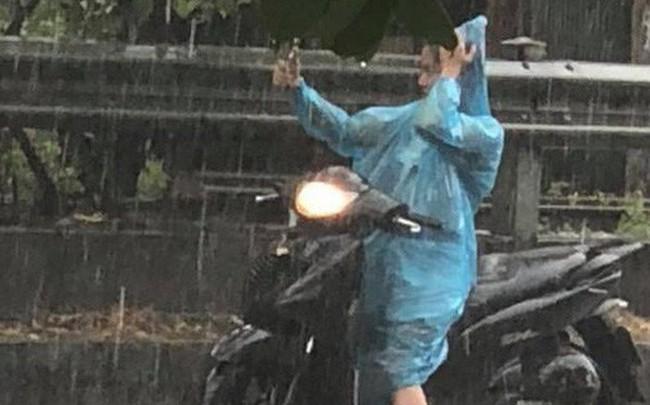 Người Hà Nội đứng giữa đường đón 'mưa vàng' sau nhiều ngày nóng 40 độ C